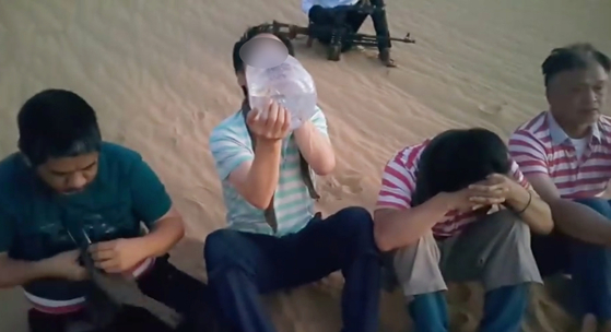 지난달 6일 리비아에서 한국인 1명(왼쪽 두번째)이 무장단체에 납치됐다. 사진은 리비아 매체가 공개한 동영상. [중앙포토]