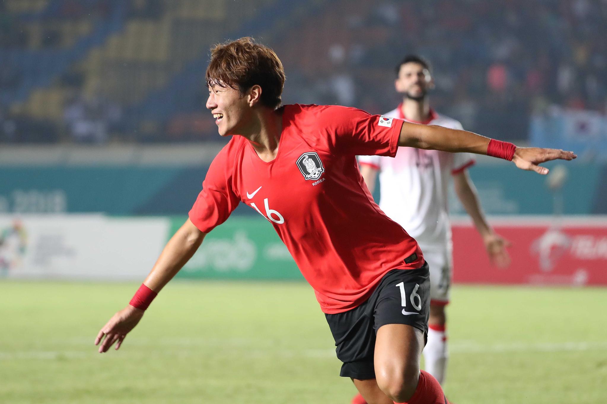 황의조가 15일 오후 인도네시아 반둥에서 열린 2018 자카르타·팔렘방 아시안게임 U-23 남자축구 대한민국과 바레인의 조별리그 1차전에서 골을 넣은 후 세리머니를 하고 있다. [뉴스1]