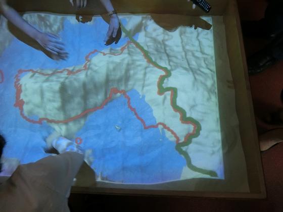 평양 교원대 학생들이 모래다기능칠판을 이용해 수업하고 있다. 한반도 지도에 맞춰 모래를 쌓아올리면 육지와 바다선의 색상이 뚜렷하게 구분되며 한반도 지도를 만들어낸다. 평양=이정민 기자