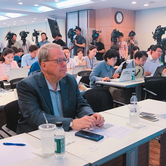 BMW 차주인 노르웨이인 톰 달 한센 씨가 BMW 피해자모임 회원 자격으로 한국 정부에 공개요청서를 낭독하는 모습을 지켜보고 있다. 문희철 기자.