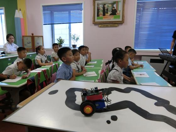 평양교원대학 부속 소학교 학생들이 로봇을 이용한 과학탐구 수업을 하고 있다. 평양=이정민 기자