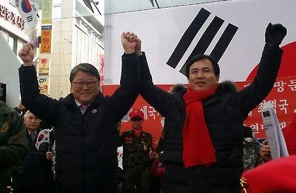 지난해 1월 조원진 대한애국당 대표(왼쪽)와 김진태 자유한국당 의원이 대구 동성로에서 열린 탄핵기각 국민 총궐기대회에 참석해 인사하고 있다. [연합뉴스]