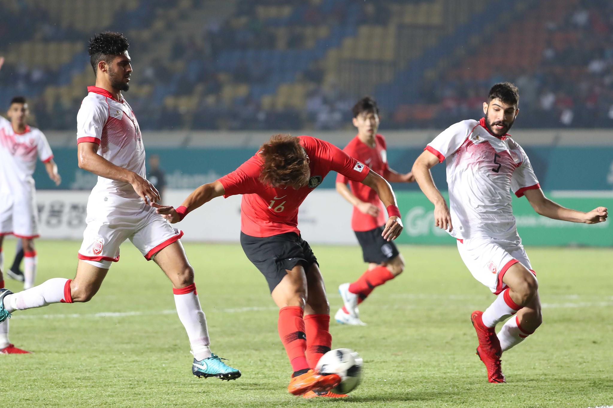 황의조가 15일 오후 인도네시아 반둥에서 열린 2018 자카르타·팔렘방 아시안게임 U-23 남자축구 대한민국과 바레인의 조별리그 1차전에서 골을 넣고 있다. 대한민국 U-23 축구대표팀은 17일 말레이시아 20일 키르키스탄과 차례로 조별리그를 갖는다. [뉴스1]
