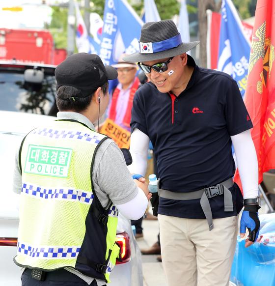 서울지방경찰청 대화경찰들이 15일 오후 서울 광화문 광장 일대에서 열린 광복절 집회시위 현장에서 시위 참가자와 대화하고 있다. 김경록 기자