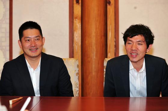 """약 20년 전 라이벌 관계였던 이창호 9단(오른쪽)과 창하오 9단. 둘은 """"다시 시합에서 만나려면 바둑 공부를 열심히 해야할 것 같다""""고 말했다. [사진 한국기원]"""