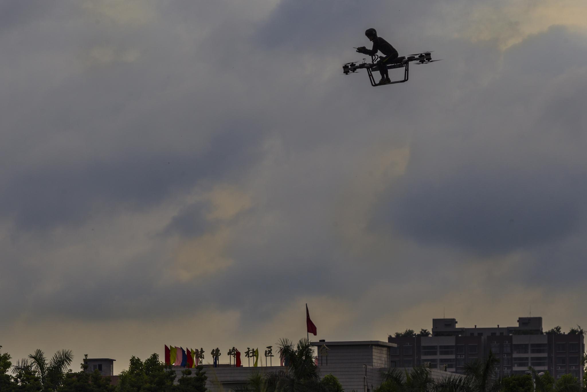 쟈오 델리가 12일 중국 둥관시에서 자신이 만든 '플라잉 스쿠터 flying scooter'를 타고 비행하고 있다. [EPA=연합뉴스]
