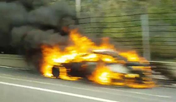불이 난 BMW 차량. [중앙포토]