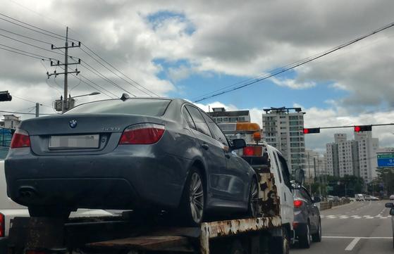 강원 춘천시 영서로에서 견인차에 실려 정비소로 이동 중인 BMW 528i 차량 [연합뉴스]