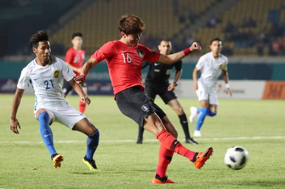 17일 오후 인도네시아 반둥 시 잘락 하루팟 스타디움에서 열린 2018 자카르타?팔렘방 아시안게임 U-23 남자축구 대한민국과 말레이시아의 조별리그 2차전에서 대한민국 황의조가 슛을 하고 있다. [뉴스1]