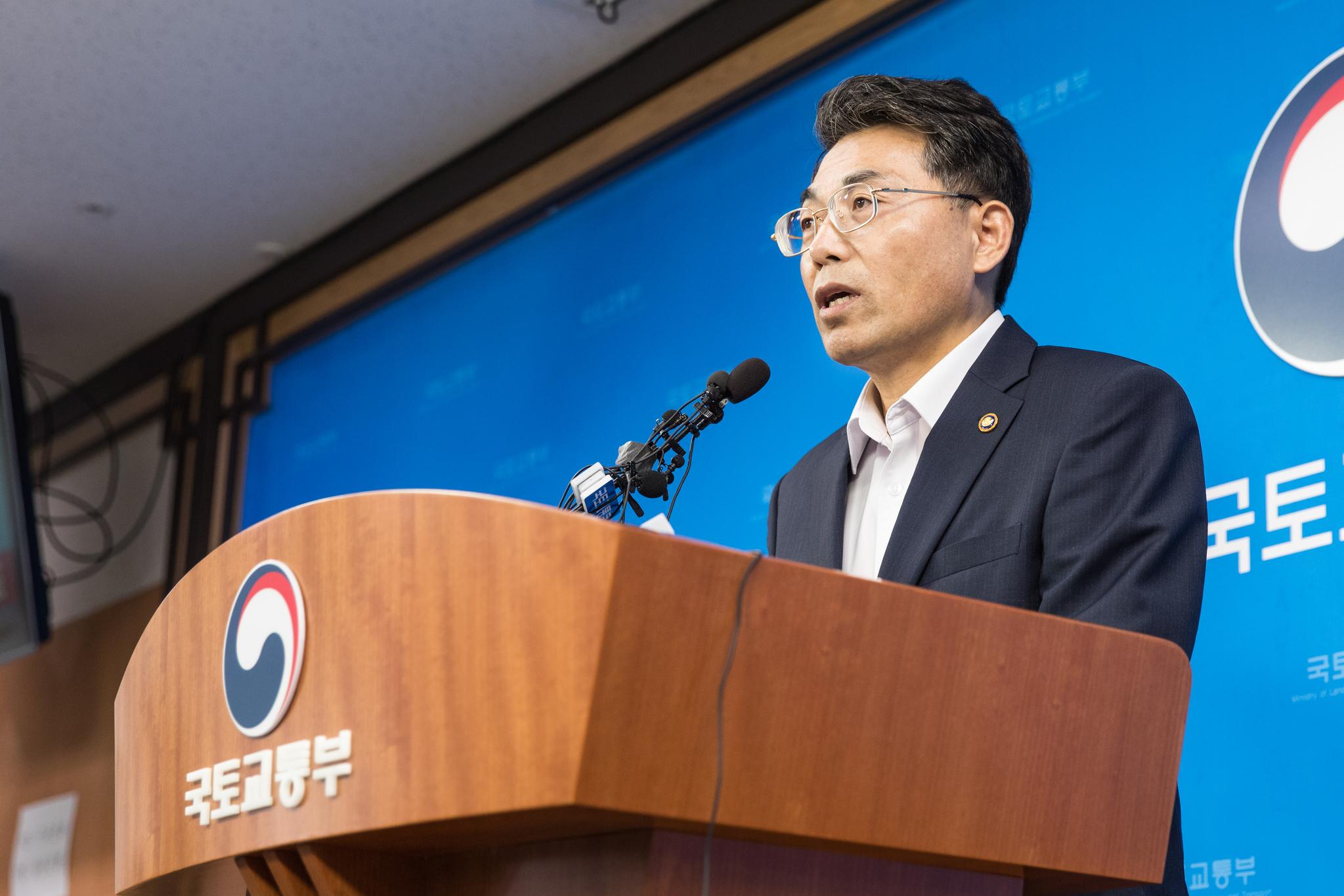 김정렬 국토부 2차관이 진에어와 에어인천의 면허 취소여부에 대한 최종결과를 발표하고 있다. [국토교통부]