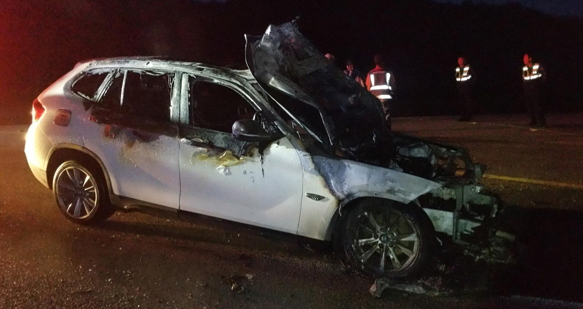 15일 오전 4시 17분쯤 전북 임실군 신덕면 오궁리 부근 도로에서 운행 중이던 BMW X1에서 불이 났다. 이 불로 차량은 전소했고 1700만원(소방서 추산)의 재산피해가 났다. [사진 전북소방본부]