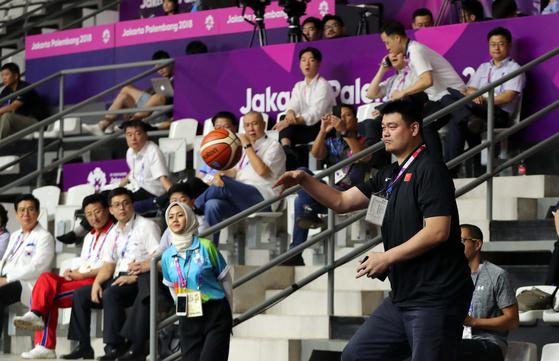 중국 농구 스타 야오밍이 17일 겔로라 붕 카르노 내 바스켓홀에서 아시안게임 여자농구 남북 단일팀과 대만의 경기를 관전 중 관람석으로 날아온 공을 다시 던져주고 있다. 자카르타=김성룡 기자