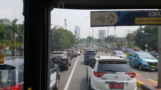 꽉 막힌 인도네시아 자카르타 겔로라 붕 카르노 스타디움 인근 도로. 자카르타=김지한 기자