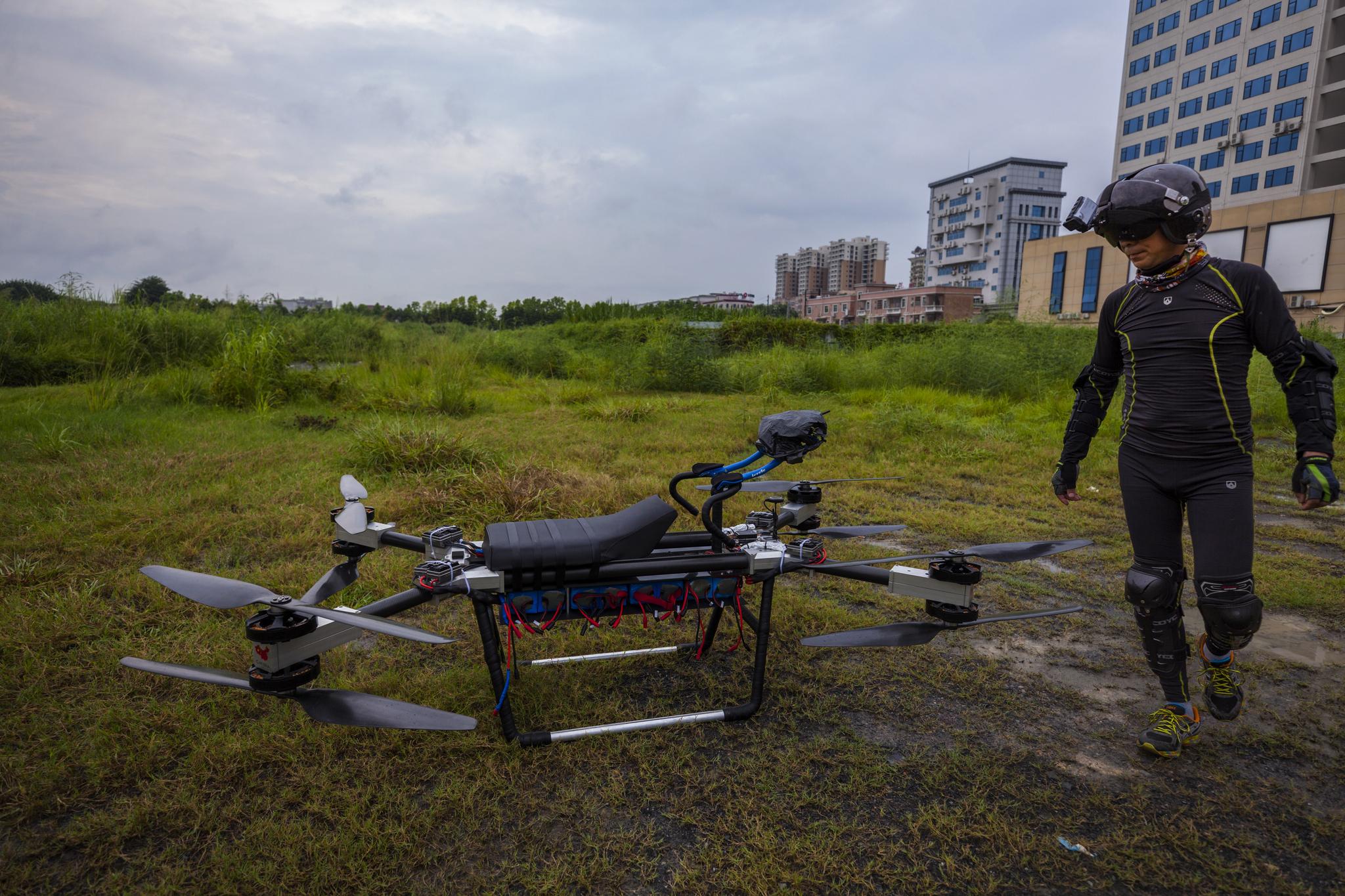 쟈오 델리가 12일 중국 둥관시에서 자신이 만든 '플라잉 스쿠터 flying scooter'를 타기위해 준비하고 있다. [EPA=연합뉴스]