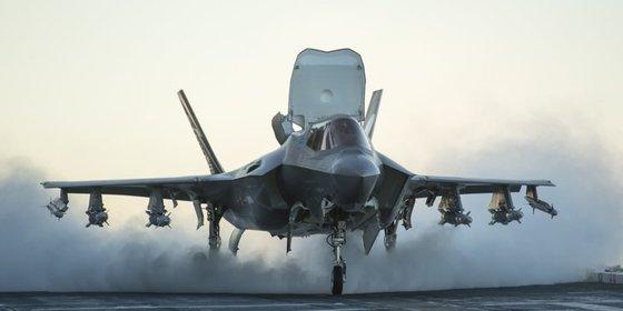 스텔스 전투기인 F-35B는 수직으로 이륙 또는 착륙할 수 있다. 이 때문에 대형 항모보다 작은 함정에서 운용할 수 있다. 한국 해군도 도입하는 방안을 검토하고 있다.