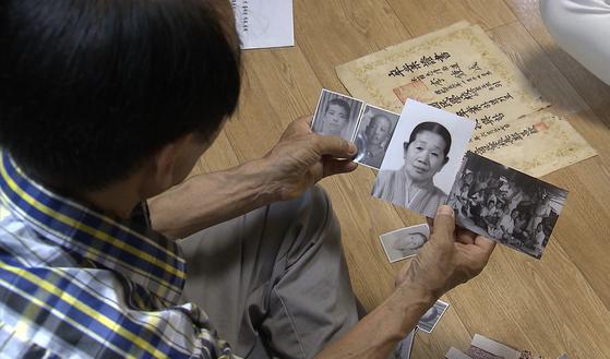 오는 20일부터 진행되는 1차 이산가족 상봉에서 북한의 큰형(85) 가족을 만날 예정인 이수남(77)씨가 형의 사진을 보여주고 있다. [통일부 제공]