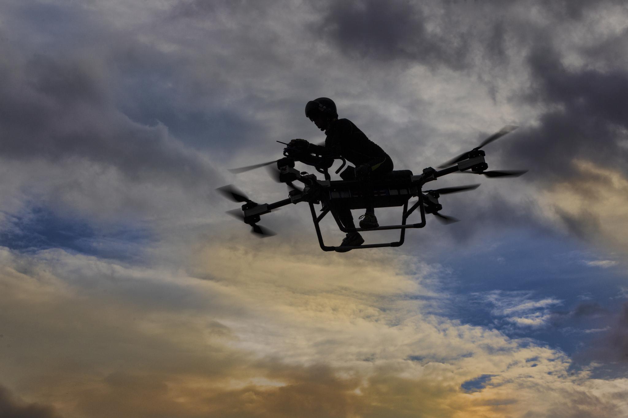 쟈오 델리가 12일 중국 둥관시에서 자신이 만든 '플라잉 스쿠터 flying scooter'를 타고 비행하고 있다.[EPA=연합뉴스]