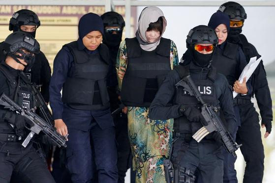 김정은 북한 국무위원장의 이복형 김정남을 살해한 혐의를 받고 있는 도안티흐엉(가운데)이 16일 말레이시아 샤알람 고등법원에서 재판을 받고 법정을 나서고 있다. 공범인 시티 아이샤와 도안티흐엉이 말레이시아 형법에 따라 고의적 살인이 유죄로 인정될 경우 교수형에 처해질 수 있다. [로이터=연합뉴스]