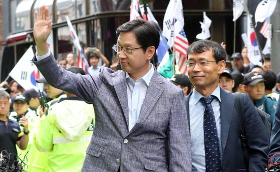 '드루킹' 의 댓글조작을 공모한 혐의를 받는 김경수 경남도지사가 6일 오전 서울 강남역 인근 허익범 특별검사팀 사무실에 피의자 신분으로 출석했다. 김 지사가 장미꽃을 던지는 지지자들에게 손을 들어 인사하고 있다. 변선구 기자