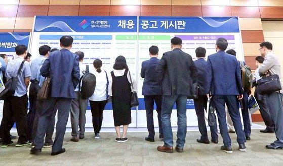 50대에 재취업한 기업은 대개 퇴직 전 근무하던 기업보다 규모가 작은 중견기업이나 중소기업일 가능성이 크다. 중소기업을 잘 이해할 필요가 있다. 사진은 지난달 20일 서울 삼성동 코엑스에서 열린 2018 중장년 전문인력 채용박람회에서 구직자들이 채용공고판을 보고 있다.