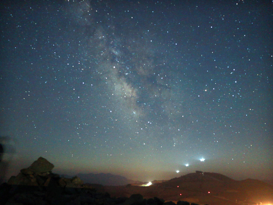 강릉시 멍에전망대에서는 4~8월 사이 맑은 날엔 언제든 은하수를 감상할 수 있다. 사진은 지난달 하순 멍에전망대에서 야간 촬영한 은하수 모습. [박진호 기자]