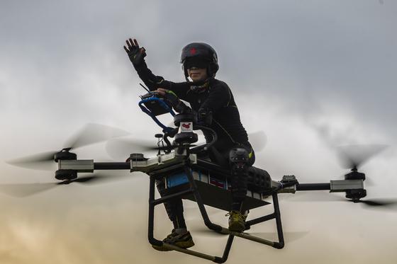 쟈오 델리가 12일 중국 둥관시에서 자신이 만든 '플라잉 스쿠터 flying scooter'를 타고 비행하고 있다. [EPA= 연합뉴스 ]