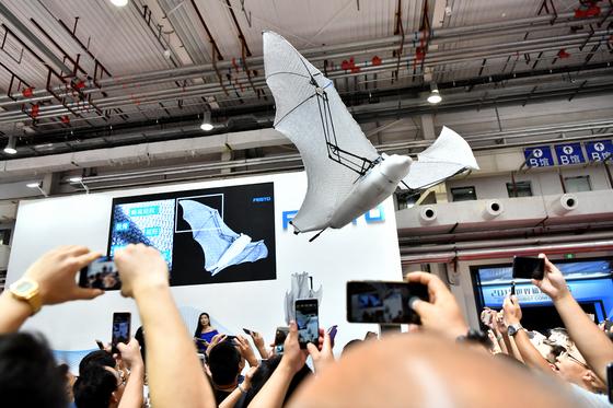 15일 2018 세계로봇콘퍼런스에 출품한 독일 훼스토(FESTO)사의 박쥐 로봇 . 이번 콘퍼런스에는 160여개 업체가 첨단 로봇 제품을 선보였다. [신화=연합]