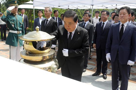 문희상 국회의장이 24일 서울 동작구 국립서울현충원을 찾아 김대중 전 대통령 묘역을 참배하고 있다.[뉴스1]