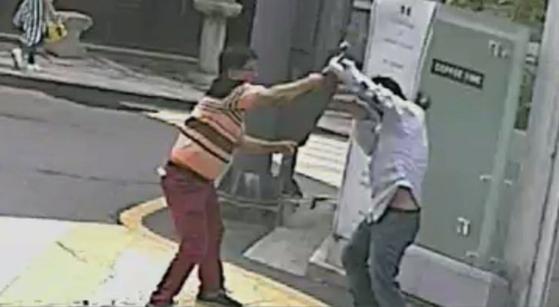 '궁중족발 망치폭행사건' 당시의 CCTV 화면. [건물주 이모씨 페이스북 캡처]