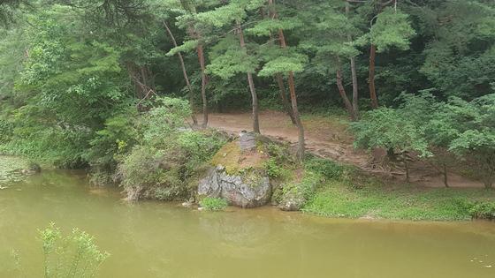 소수서원 옆으로는 죽계천이 흐르며 바위에는 퇴계가 쓴 흰색 '白雲洞(백운동)'과 주세붕이 쓴 붉은색 '敬(경)' 자가 새겨져 있다. [사진 송의호]
