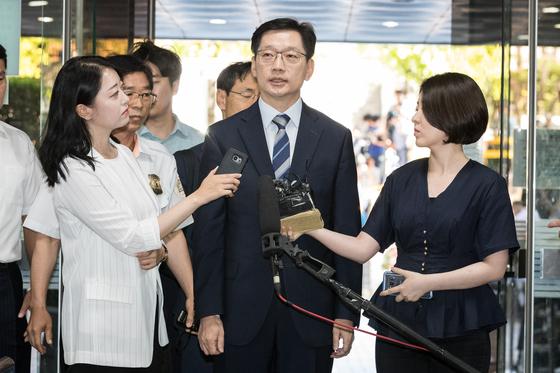 '드루킹' 김동원씨(49) 일당과 함께 불법 댓글조작에 가담한 혐의를 받는 김경수 경남지사가 17일 서울중앙지법에서 열린 구속 전 피의자 심문(영장심사)에 출석하기 직전 기자들 질문을 받고 있다. [뉴스1]