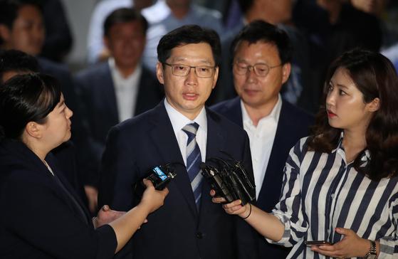 '드루킹' 여론조작 지시 혐의를 받는 김경수 경남지사가 18일 새벽 영장이 기각되자 대기 중이던 서울구치소를 나서고 있다. [연합뉴스]