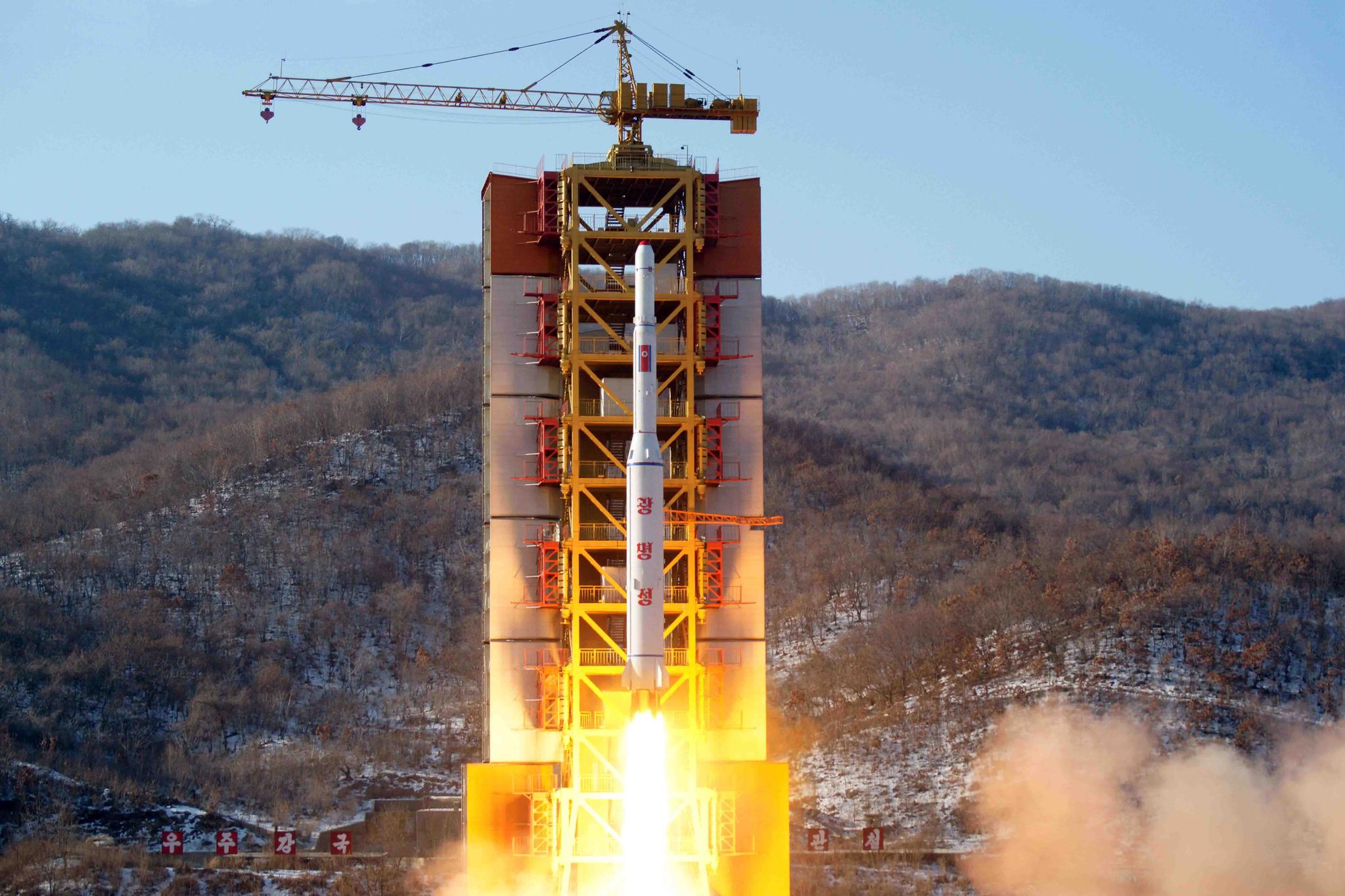 2016년 2월 7일 북한 조선중앙TV가 보도한 동창리 서해위성발사장에서의 광명성 4호 발사 장면. [연합뉴스]