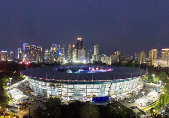 18일 아시안게임 개회식이 열릴 인도네시아 자카르타의 겔로라 붕카르노 스타디움의 야경. [신화=연합뉴스]