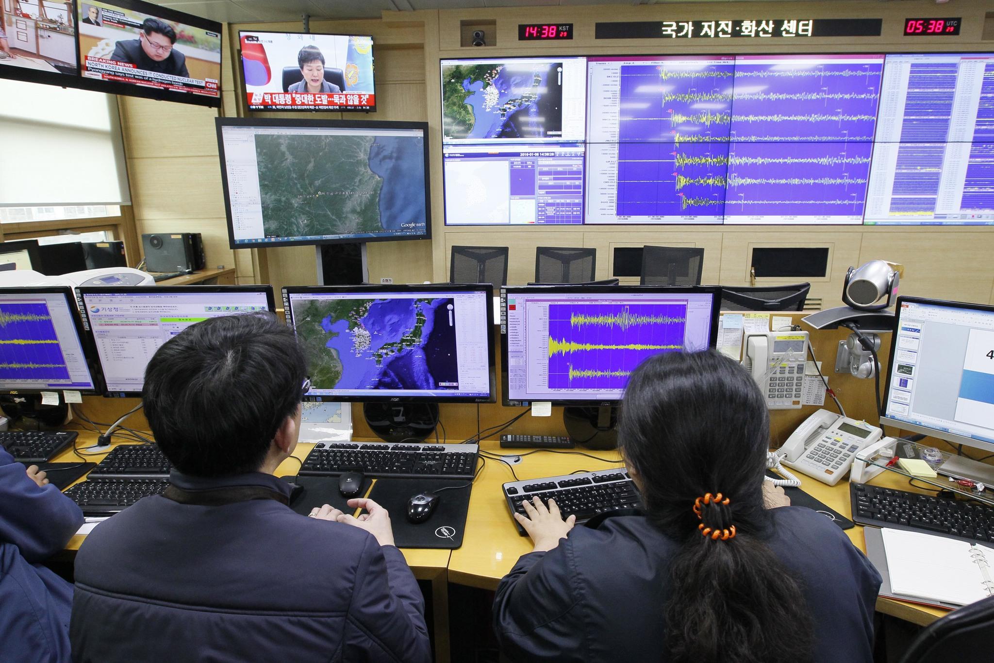 기상청 직원들이 서울 신대방동 기상청 국가지진 화산센터에서 북한 핵실험에 따른 인공지진파 측정상황을 살펴보고 있다. [중앙포토]