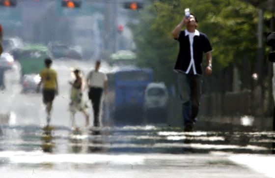 최악의 폭염이 이어지는 가운데 사람들의 소비생활 패턴도 달라지고 있다. [중앙포토]