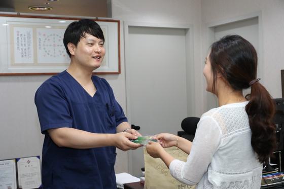 경남 고성군에서 셋째 아이 이상 출산모에 20만원 상당 15일분 한약을 나눠주는 모습[사진 고성군청]