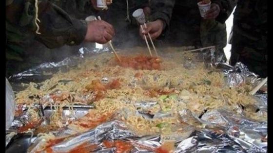 한 군부대에서 장병들이 쿠킹호일 위에서 라면을 끓인 후 나눠먹고 있다. [온라인 커뮤니티]