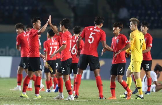 20일 오후 인도네시아 반둥 시 잘락 하루팟 스타디움에서 열린 2018 자카르타 팔렘방 아시안게임 U-23 남자축구 대한민국과 키르기스스탄의 조별리그 3차전에서 대한민국 대표팀 선수들이 기뻐하고 있다. 이날 대한민국은 손흥민의 골로 키르기스스탄을 상대로 1대0으로 승리했다. [뉴스1]