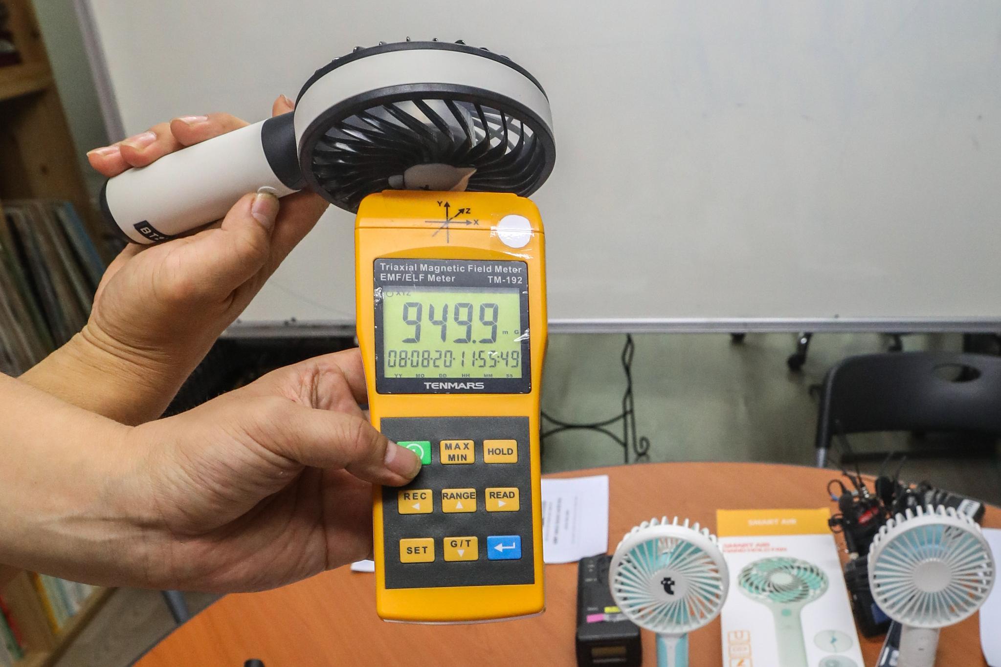 20일 서울 종로구 환경보건시민센터에서 열린 환경보건시민센터손선풍기와 전자파 조사보고서 발표 기자회견에서 관계자가 손선풍기의 전자파 측정을 시연하고 있다. [뉴스1]