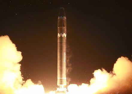 지난 해 12월 북한이 발사한 대륙간 탄도미사일(ICBM) '화성-15'. [평양 조선중앙통신=연합뉴스]