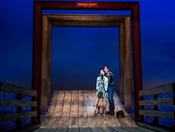 뮤지컬 '매디슨 카운티의 다리'. 강타·김선영이 로버트와 프란체스카를 연기하고 있는 장면이다. 중년의 로맨스를 애틋하게 그려내 중장년층 관객들의 마음을 끌고 있다. [사진 쇼노트]