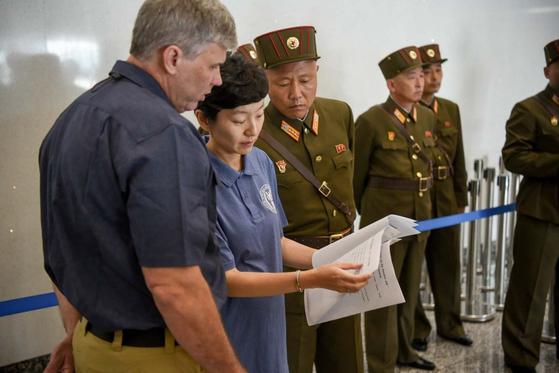 DPAA 진주현 박사가 북측이 넘겨준 유해에 관한 서류를 검토하고 있다. [사진 주한미군]