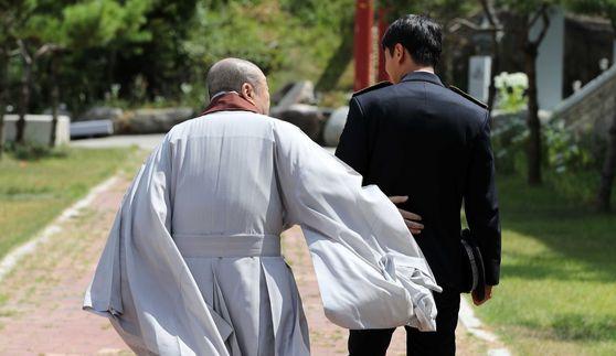 박삼중 스님과 김모 순경이 지난 16일 경기도 안성에 있는 영평사에서 만났다. 소년원 출신인 김모 순경은 10년 동안 22번의 경찰공무원 시험에 응시한 끝에 결국 지난해 합격했다. [김상선 기자]