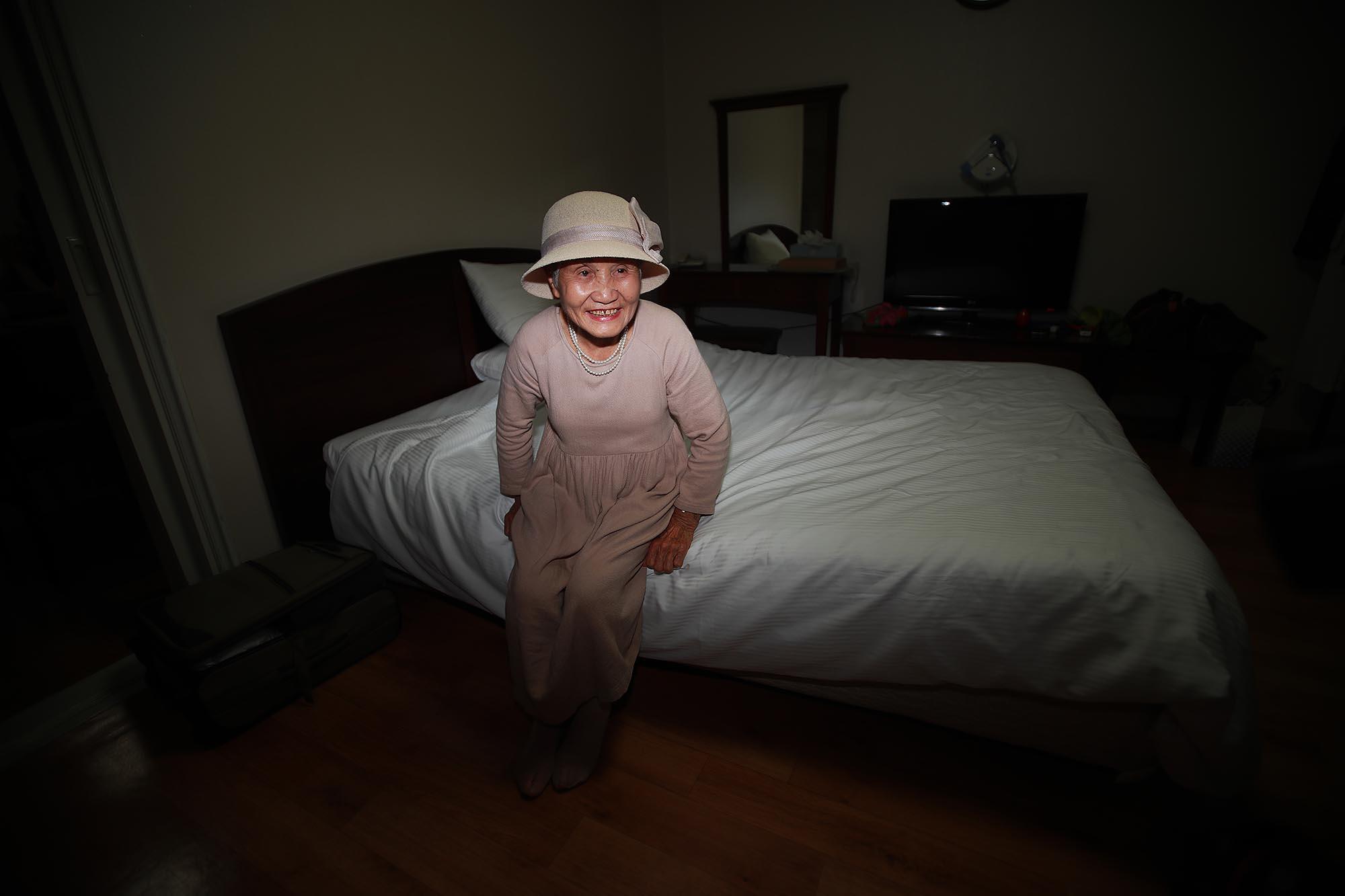 제21차 이산가족 상봉행사를 하루 앞둔 19일 오후 강원도 속초 한화리조트에 도착한 남측 이금섬(92) 할머니가 금강산에서 만날 아들을 생각하며 환하게 웃고 있다. [사진공동취재단]