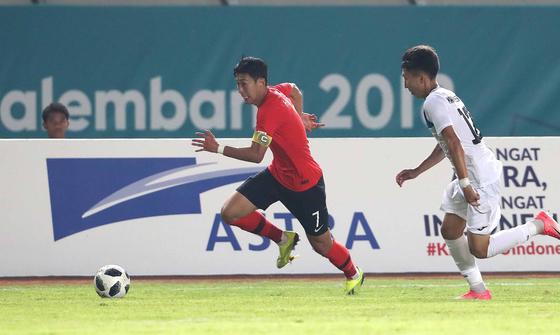20일 오후 인도네시아 반둥 시 잘락 하루팟 스타디움에서 열린 2018 자카르타 팔렘방 아시안게임 U-23 남자축구 대한민국과 키르기스스탄의 조별리그 3차전에서 손흥민이 드리블을 하고 있다. [뉴스1]