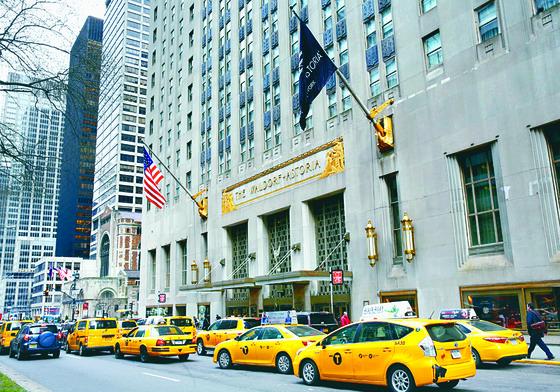 뉴욕 맨해튼에 위치한 월도프 아스토리아 호텔 앞에 뉴욕 명물인 옐로 캡(택시)이 줄지어 서 있다. 중국 안방보험은 최근 이 호텔을 매물로 내놓았다. [중앙포토]