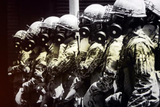5·18 당시 대치하는 시민과 대치하는 계엄군의 모습. [연합뉴스]