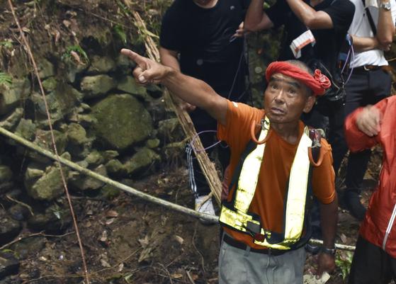 지난 15일 2살짜리 아이를 무사히 발견한 뒤 국민적 스타로 뜬 자원봉사자 오바타 하루오(78)씨가 발견 당시 상황을 설명하고 있다. [교도=연합뉴스]