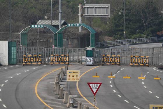 경기도 파주시 경의선 남북출입사무소에서 굳게 닫힌 경의선 도로가 보이고 있다.[연합뉴스]